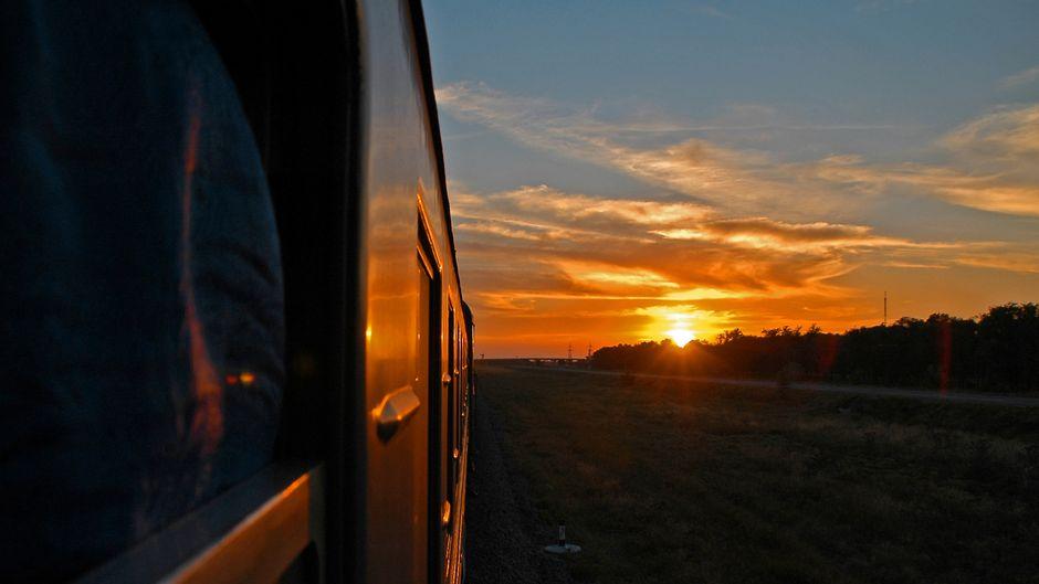 Ein Zug fährt bei Sonnenuntergang. (Symbolbild)