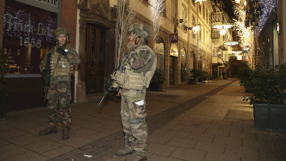 Bewaffnete Soldaten bewachten am Abend des 11. Dezember das Stadtzentrum von Straßburg.