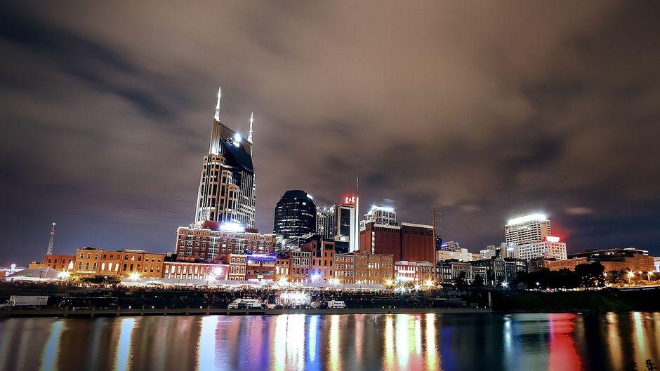 Nashvilles Skyline ist nachts besonders beeindruckend, wenn man das Flussufer wechselt.