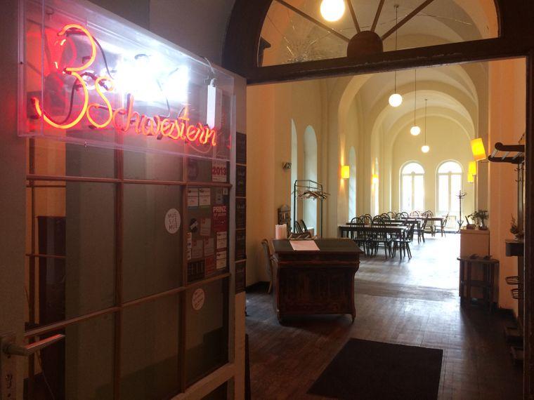 Bei den 3 Schwestern isst du in einem historischen Kreuzgewölbesaal oder in einem gemütlichen Gastgarten.
