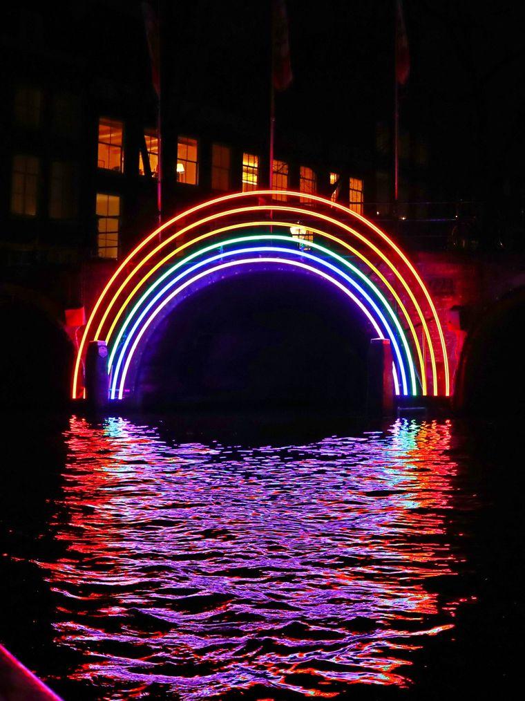 """Das Kunstwerk """"Bridge of the Rainbow"""" beim Lichtfestival Amsterdam."""