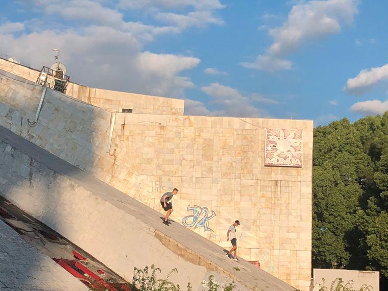 Eine pyramidenförmige Ruine in Tirana ist besonders beliebt bei Jugendlichen. Sie soll deshalb zu einem Jugendzentrum umgewandelt werden.