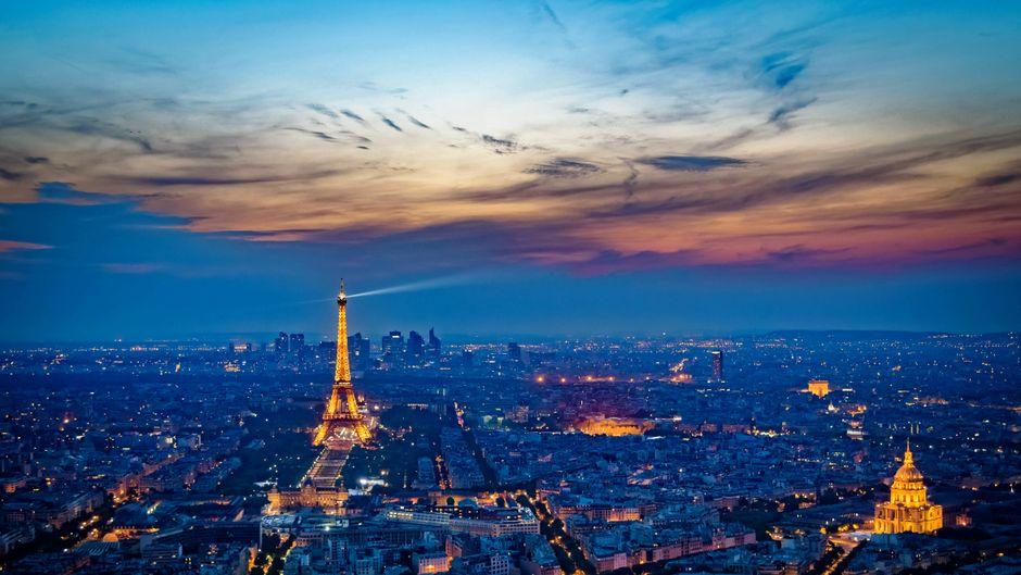 Der Eiffelturm am Abend bei Paris