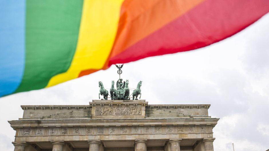 Regenbogenfahne weht am Brandenburger Tor in Berlin.