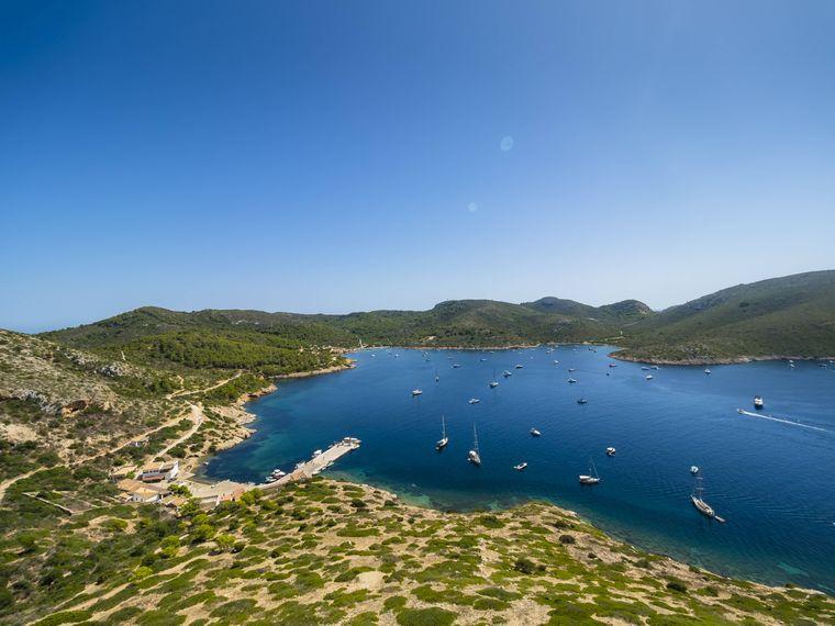 Der Nationalpark Cabrera bei Colònia de Sant Jordi lädt zu langen Spaziergängen mit traumhaftem Ausblick ein. Wissenswertes zur einheimischen Tier- und Pflanzenwelt sowie ein Aquarium findest du im dazugehörigen Informationszentrum.