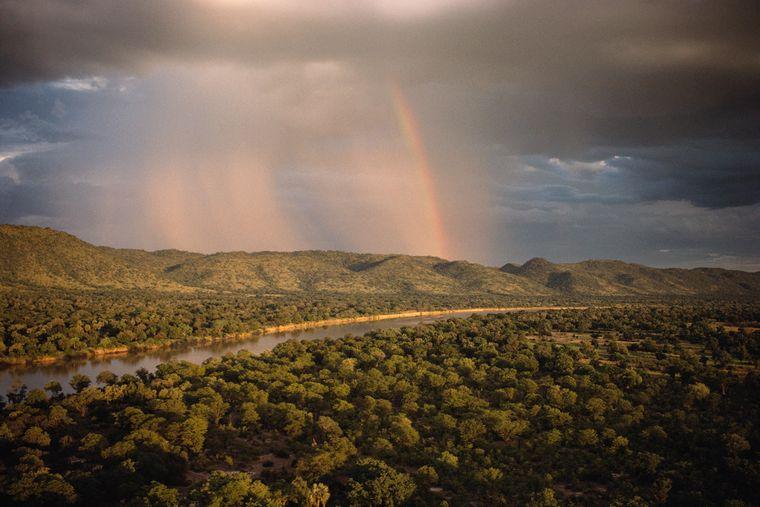 Sambia lädt wegen seiner vielfältigen Tierwelt und vielen Parks ein zu ausgiebigen Safaris. Landschaftlich ist das Land zerklüftet, besonders bekannt sind die Victoriafälle.