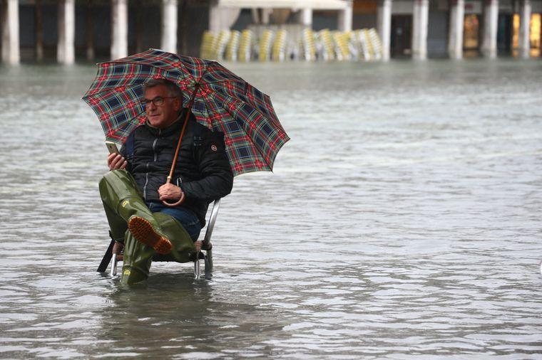 Einige Menschen machten sich am Dienstag noch einen Spaß aus dem Hochwasser…