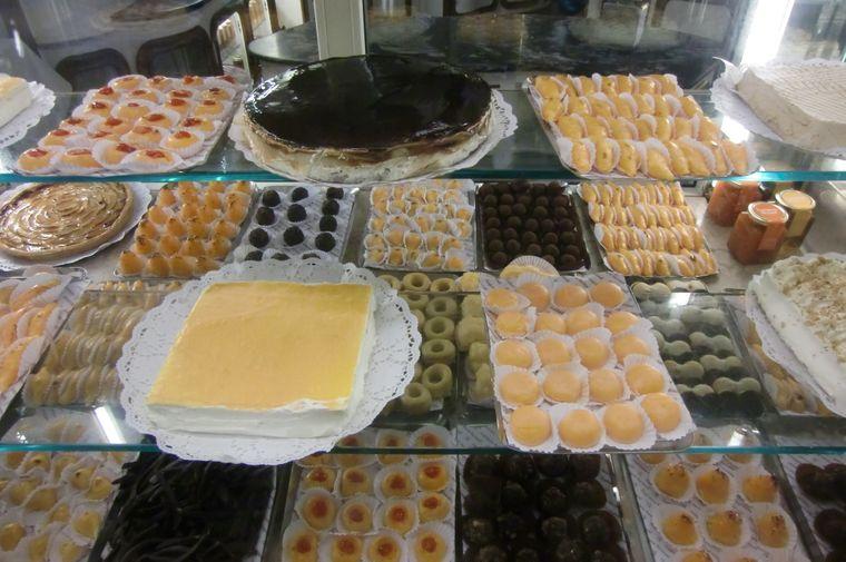 Mit solchen Auslagen locken die Cafès, wie hier die Confeiterai Nacional, die Besucher an.