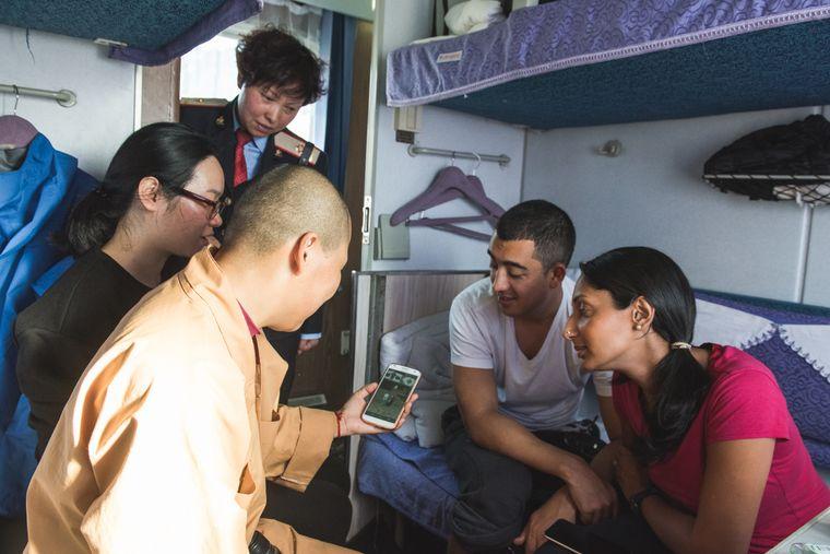 In Zügen, vor allem in Schlafabteilen, finden Reisende oftmals eine kleine Familie auf Zeit.