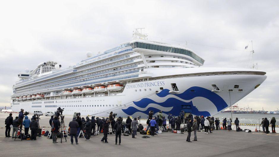 """Seit Tagen steht das Kreuzfahrtschiff """"Diamond Princess"""" unter Quarantäne, inzwischen sind mehr als 60 Coronavirus-Fälle an Bord nachgewiesen worden."""