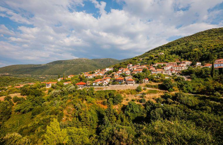 Das Bergdorf Andritsena ist ein beliebter Ausflugsort auf dem Peloponnes Griechenlands.