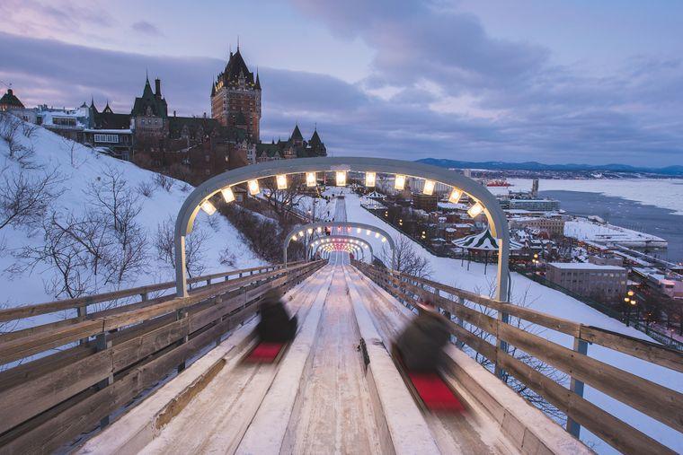 Auf der Terrasse Dufferin in der Altstadt von Québec sorgt eine historische Rodelbahn für Winterspaß.