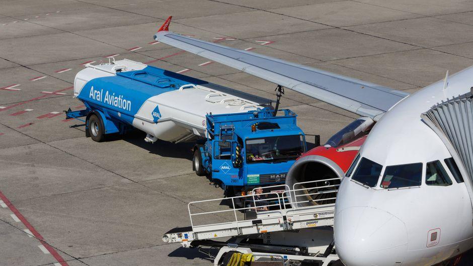 Am Flughafen Tegel wird ein Flugzeug betankt. Der Kerosinverbrauch von Airlines variiert stark.
