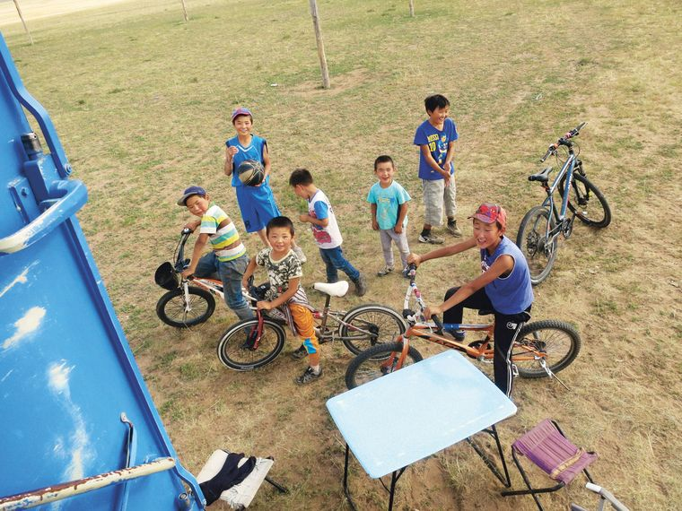 Neugierige Kinder in der Mongolei: So ein Unimog zieht viel Aufmerksamkeit auf sich...