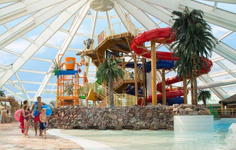 Rutschen, Wasserspiele und ein Wellenbecken: Im Lalandia Aquadome sorgen viele Attraktionen dafür, dass es nicht so schnell langweilig wird.