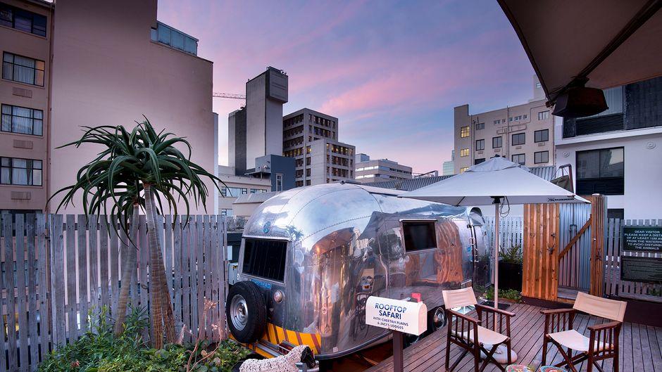 Rooftop-Safari im Wohnwagen auf dem Dach des Grand Daddy Hotels.