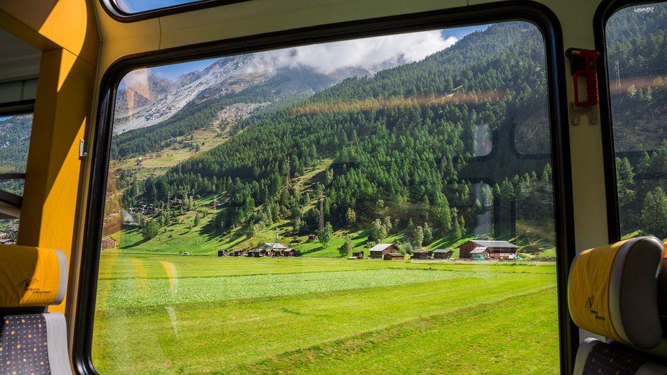 Bei der Reise mit der Bahn einfach mal herrlich entspannt auf die Alpenkulisse vor dem Fenster schauen: Unbezahlbar!