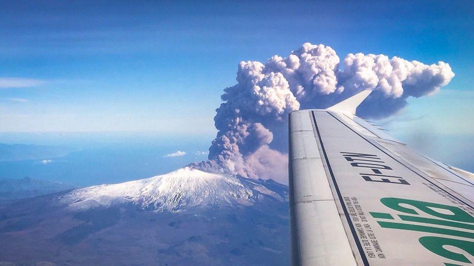 Blick auf Aschewolke am Ätna auf Sizilien aus einem Flugzeug.