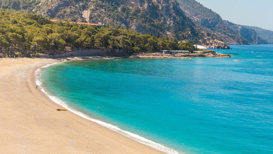 Ein Strand in der Bucht Ölüdeniz in der Türkei.