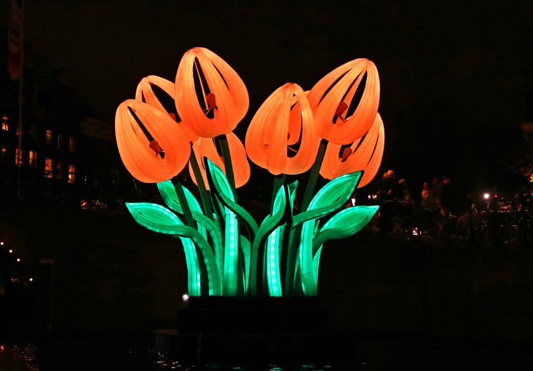 """Das Lichtkunstwerk """"Bunch of Tulips"""" beim Lichtfestival in Amsterdam."""