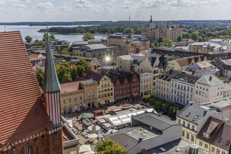 Vom Dom hast du einen fantastischen Blick über Schwerin. Erkennst du den Martkplatz? Hier lohnt sich besonders an Markttagen ein Besuch.