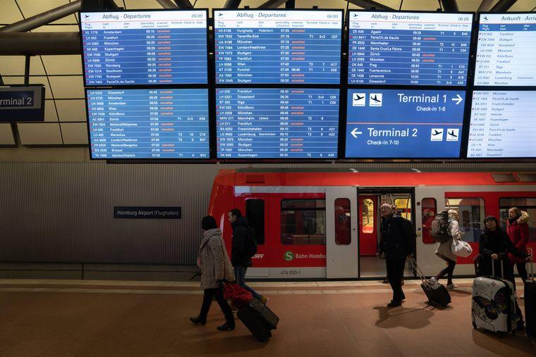 Manche Fluggäste werden erst bei ihrer Ankunft am Flughafen über die Situation informiert.