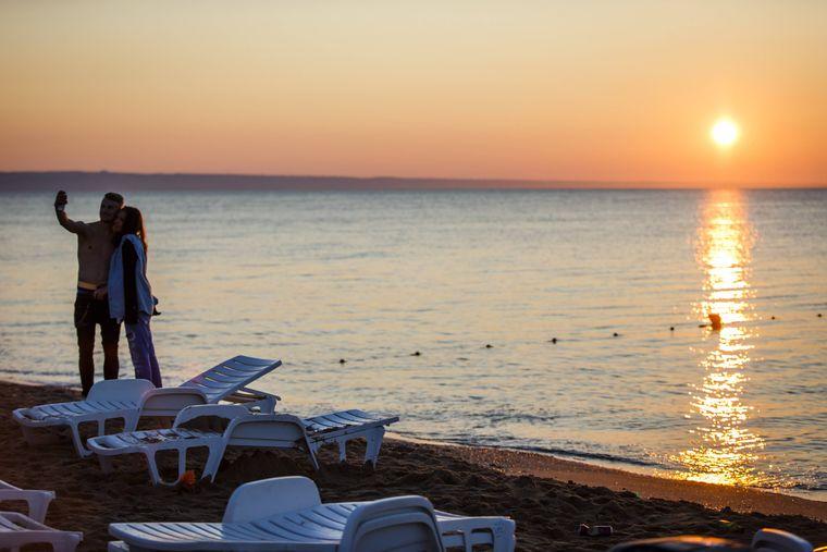Touristen geniessen den Sonnenaufgang am Strand - Goldstrand (Bulgarien) - 14.07.2015.Tourists enjoy the Sunrise at Beach Gold beach Bulgaria 14 07 2015imago/Lars Berg