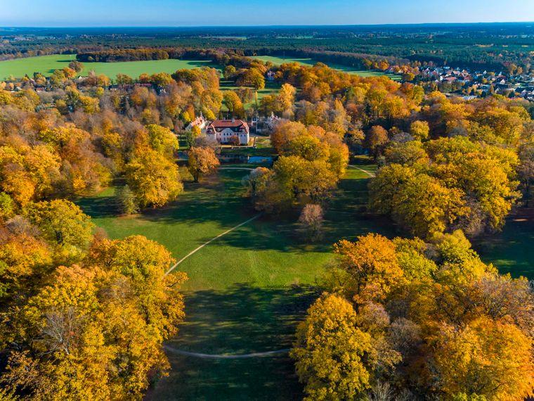 Der von Fürst Herrman von Pückler-Muskau 1785 bis 1871 geschaffene 530 Hektar große Landschaftspark im englischen Stil gehört zu den besonderen Anziehungspunkten von Cottbus.