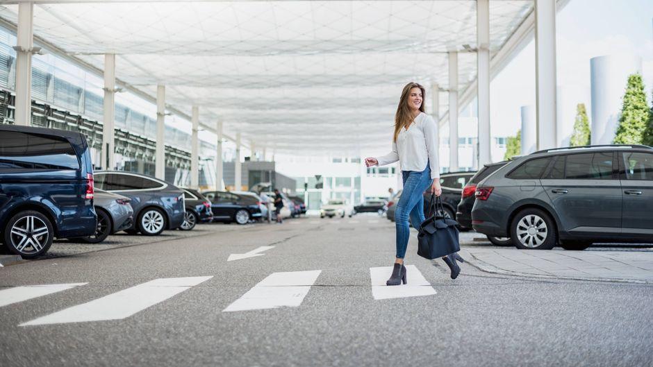 Auch wer nur kurz am Flughafen parkt, um jemanden in der Halle abzuholen, muss teils mit hohen Parkgebühren rechnen.