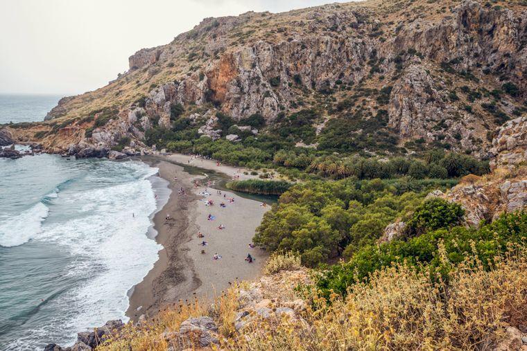 Am Preveli Beach in Kreta schmückt eine Klippenküste die kleine Bucht.