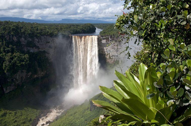 Die Wasserfälle Kaieteur Falls inmitten einer Natur-Landschaft mit Regenwald.