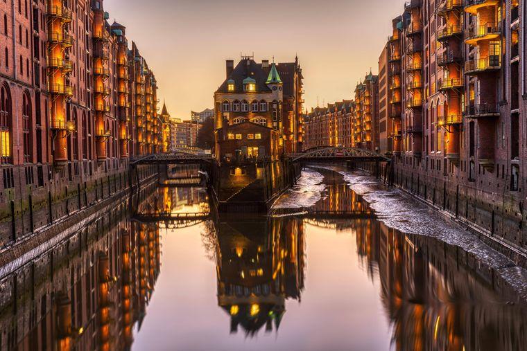 Speicherstadt in Hamburg bei Sonnenuntergang.