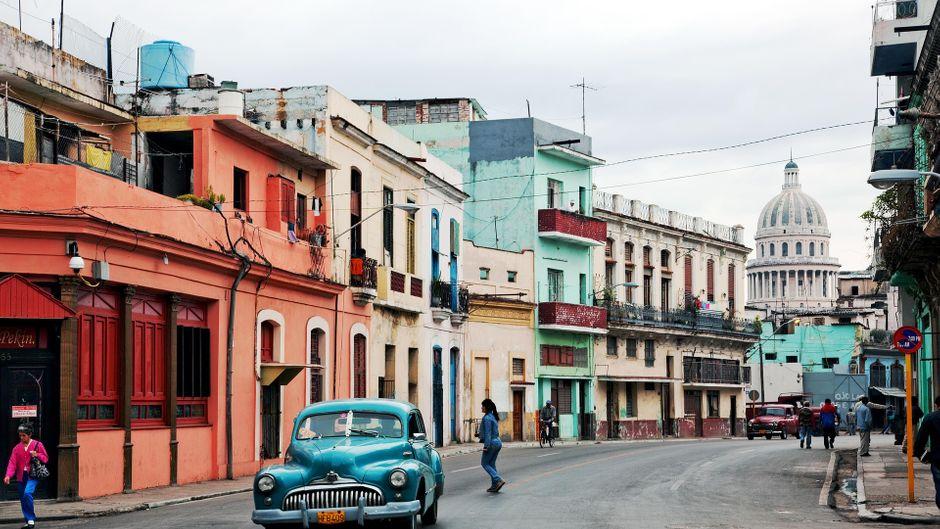 Oldtimer auf der Zapata in Havanna mit Kapitol im Hintergrund.