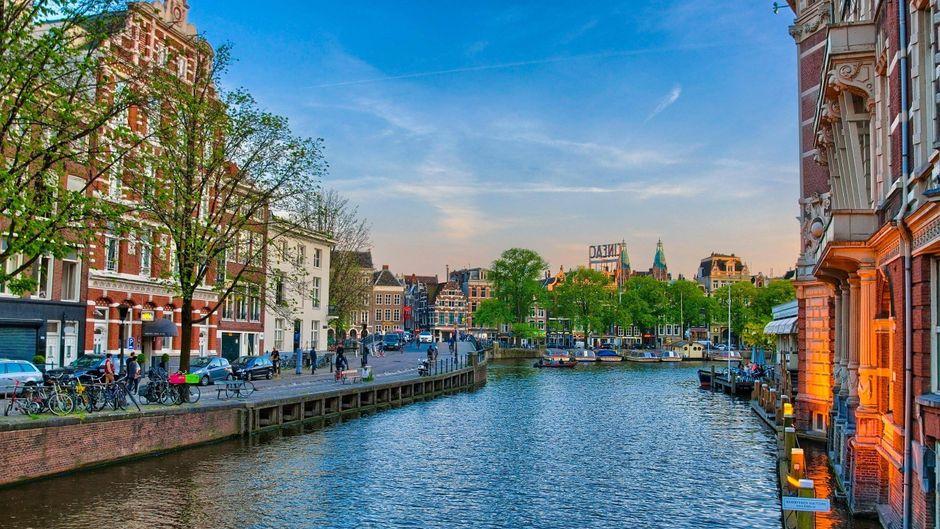 Die Kanäle, auch bekannt als Grachten, prägen das Stadtbild von Amsterdam.