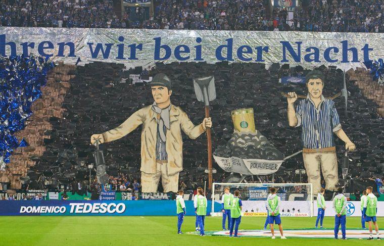 18. April 2018: Im Spiel gegen Eintracht Frankfurt zeigen Fans des FC Schalke 04 eine Choreografie zum Thema Bergbau.