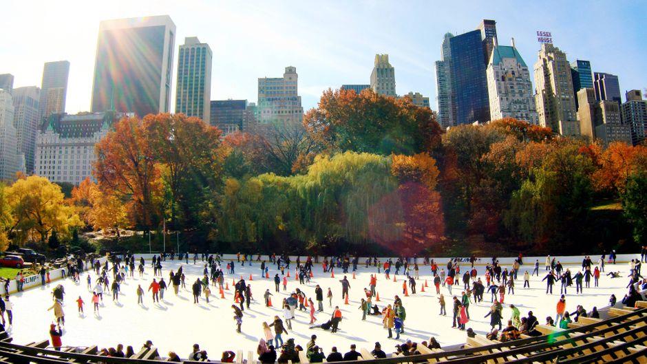 Bunte Herbstfarben, Eisbahn und die New Yorker Hochhäuser im Hintergrund: Die Stimmung im Central Park im November ist besonders.