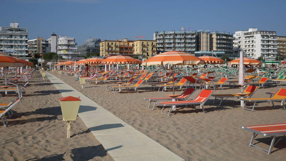 Strandurlauber in Rimini mussten zwei Tage lang auf ihren Liegen bleiben – baden war verboten, weil vermehrt Fäkal-Bakterien im Meer schwammen.