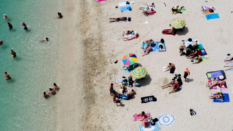 Corona: Momentaufnahme vom Strand von Glyfada bei Athen in Griechenland.