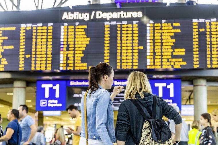 Reisende am Terminal im Flughafen.