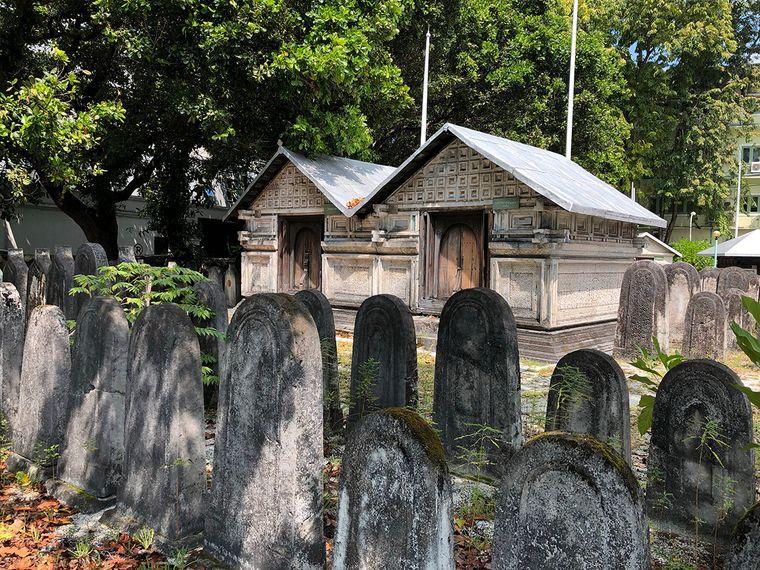 Wer die Hauptstadt Malé besucht, sollte sich auch das Gelände der Freitagsmoschee ansehen. Hier stehen sehenswerte Grabsteine und Mausoleen.