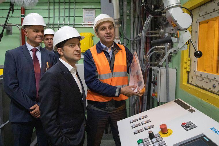Der Präsident der Ukraine, Wolodymyr Selenskyj (Mitte), inspizierte am Mittwoch die neue Schutzhülle für den explodierten Reaktor von Tschernobyl.