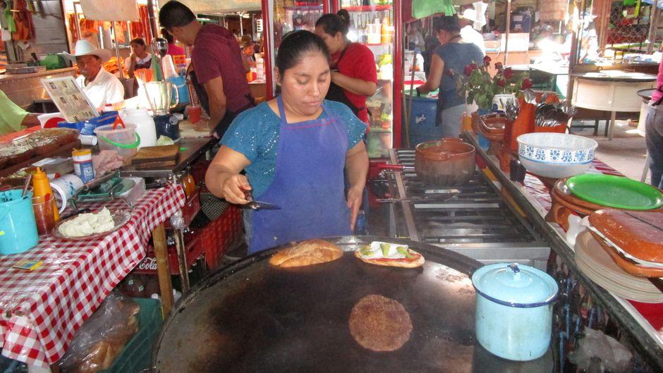 Verkäuferin an einem Essensstand in Mexiko-Stadt.