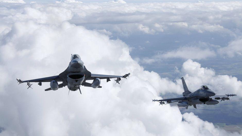 Mit zwei F-16-Kampfjets begleitete die niederländische Luftwaffe den KLM-Flieger ans Ziel.