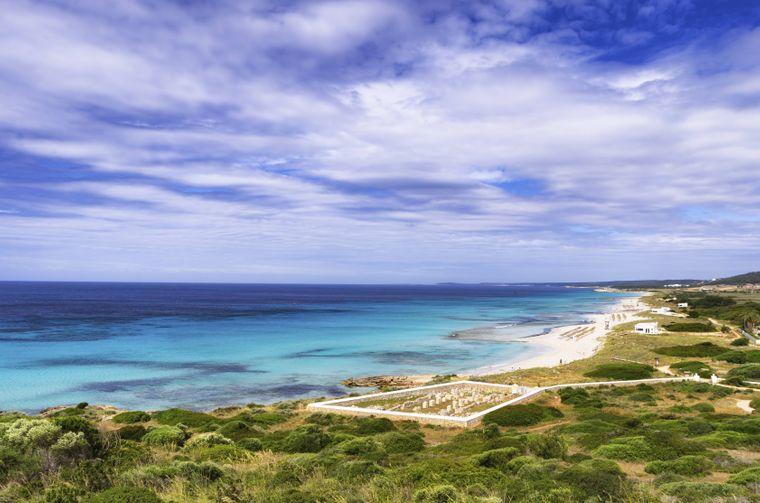 Son Bou Beach und die Basilica de Son Bou auf Menorca, Spanien.