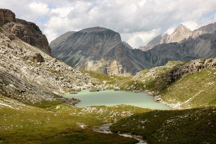 Der Crespeina-See ist Teil der Strecke der Puez-Odle-Altopiano-Wanderung.