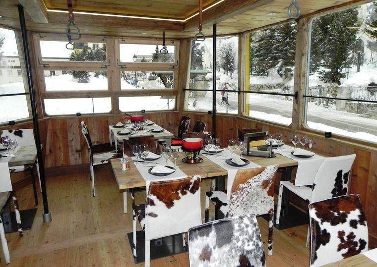 In Pontresina östlich von Sankt Moritz kannst du in einer umgebauten Gondel Fondue oder Raclette genießen.