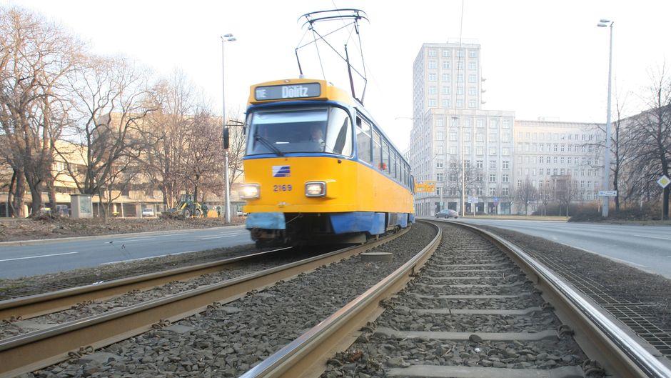 LVB-Straßenbahn auf den Schienen in Leipzig.
