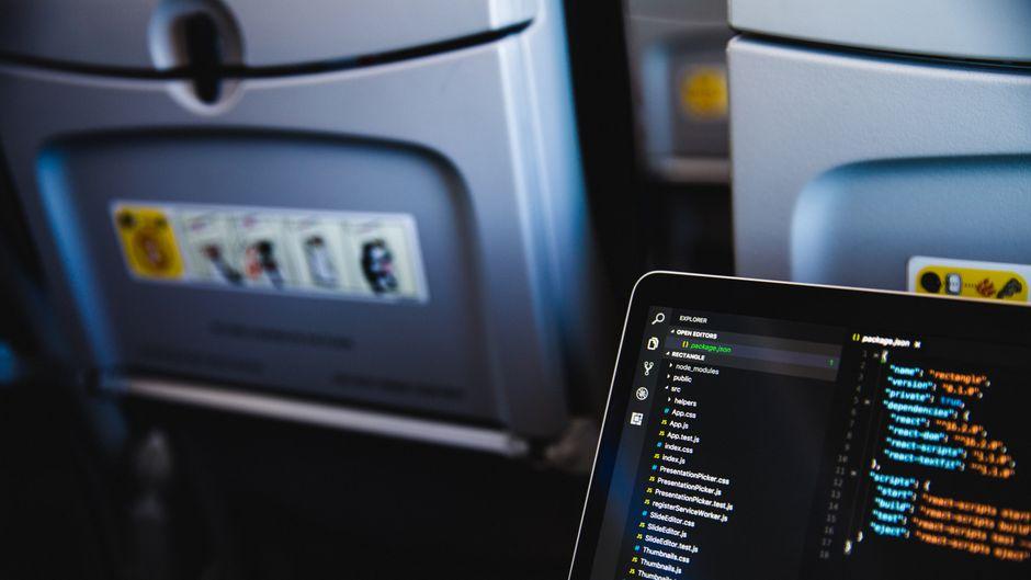Delta Airlines will Passagieren unter anderem erleichtern, im Flugzeug am Laptop zu arbeiten. (Symbolfoto)