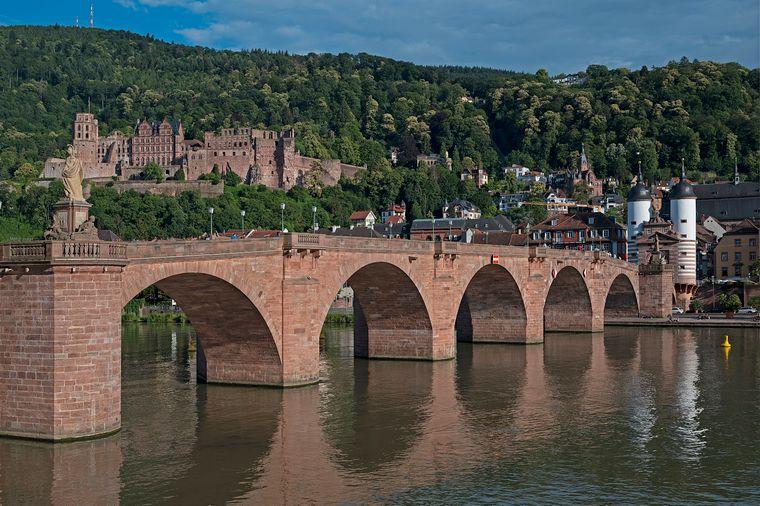 Die Karl-Theodor-Brücke, besser bekannt als Alte Brücke.
