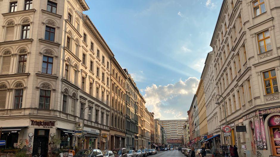 Kreuzberg hat jede Menge zu bieten: Zahlreiche Kneipen, Restaurants, Vintage-Läden, aber auch spannende Museen und idyllische Parks samt Freiluftkino.